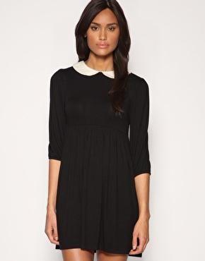 черна рокля с бяла яка