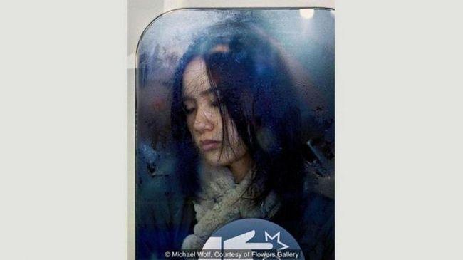 Фотографът Майкъл Улф улавя пиковия час в японското метро