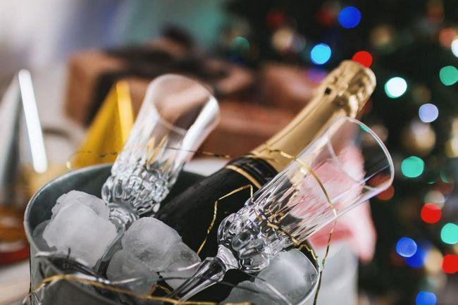обслужващи шампанско