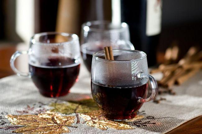 запечено вино на масата