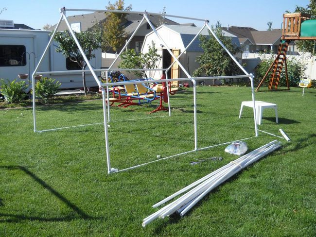 Как да изградим оранжерия от PVC тръби със собствените си ръце?