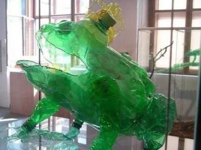 Майсторски клас: жаба от пластмасова бутилка