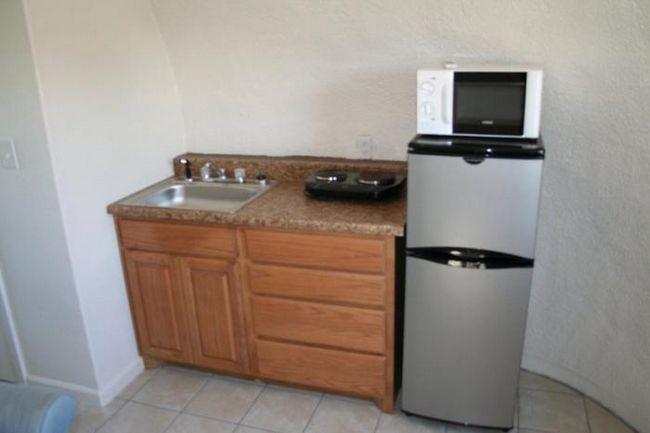можете да поставите микровълнова печка в хладилника