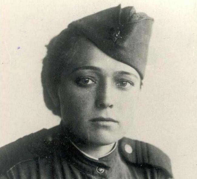 Поетът Юлия Дринина: биография, творчество. Стихове за любов и война