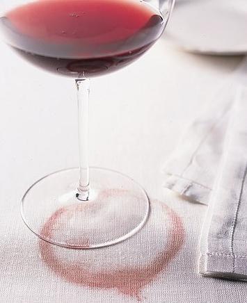 Появяват се петна от червено вино