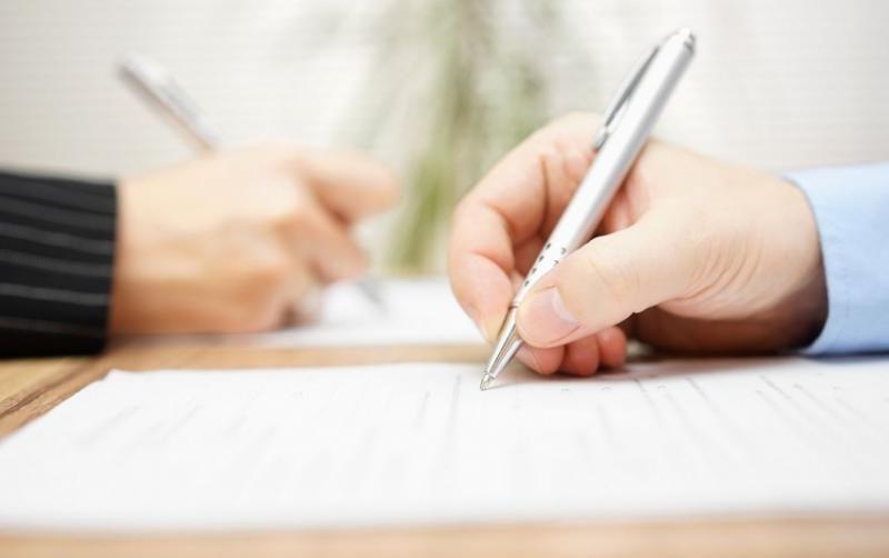 Подписване на документа с писалка