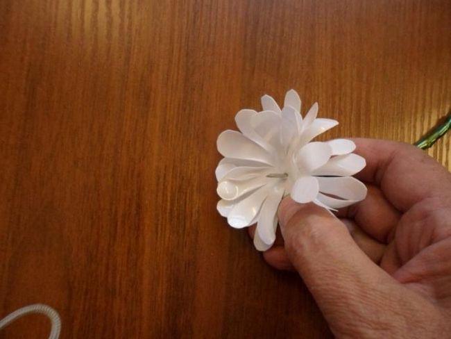 Творчество от нищо: чамомили, изработени от пластмасови бутилки със собствените си ръце
